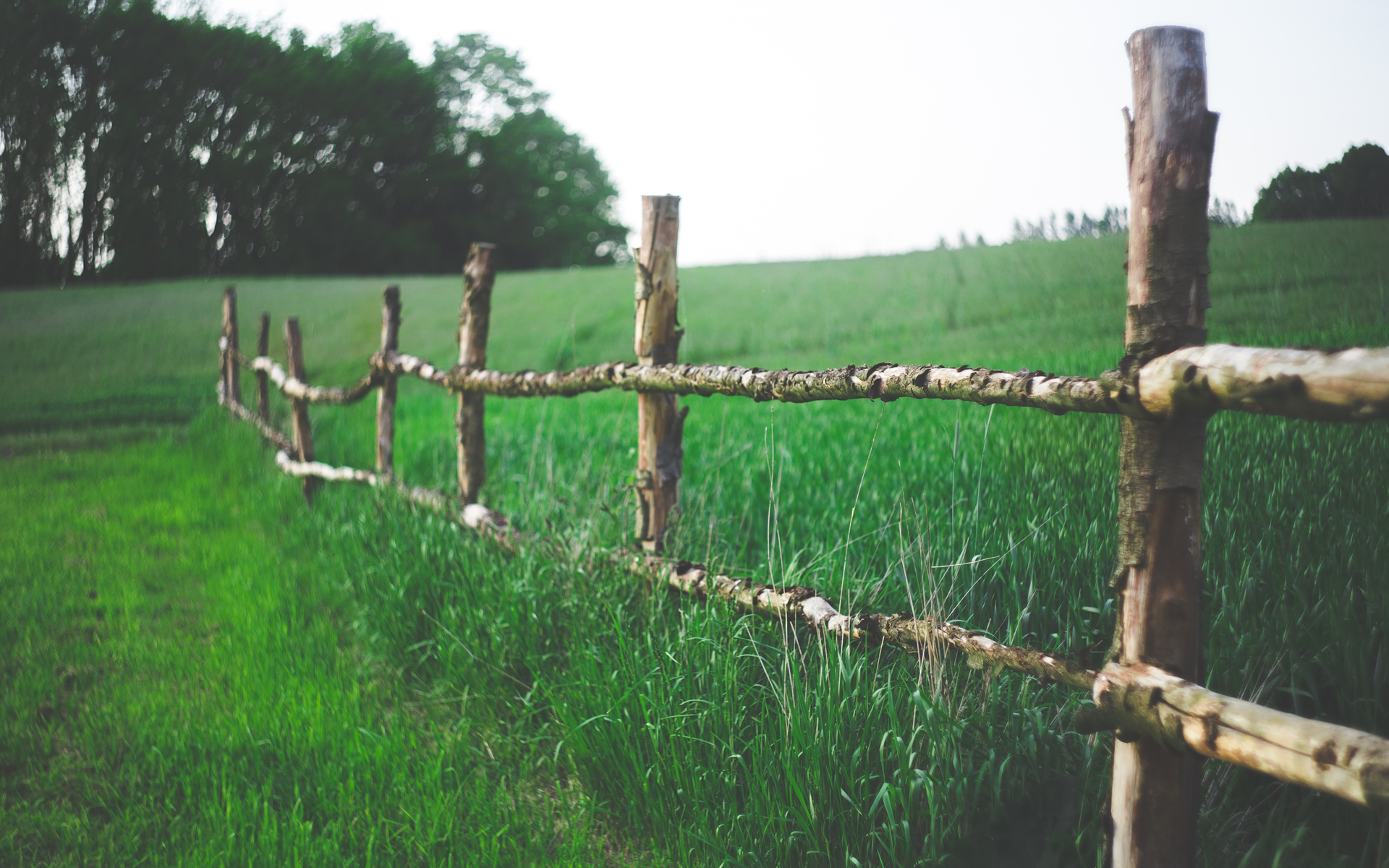 kaboompics.com_Old-wooden-rural-fence-in-the-village-1920x1200